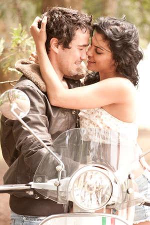 Close up der jungen schönen sexy Paar in der Liebe flirten zusammen auf Roller Standard-Bild - 36905034