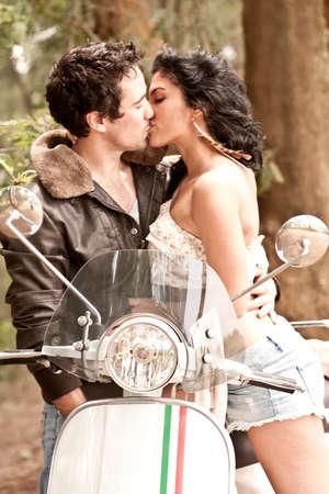 parejas sensuales: Pareja joven scooter de amorosa sexy besar el romance Foto de archivo