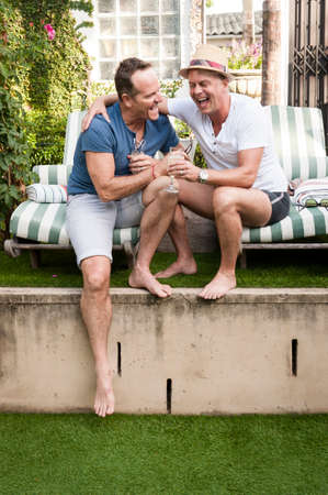 gay men: Dos hombres gay guapo disfrutando de tiempo juntos al aire libre en su jardín
