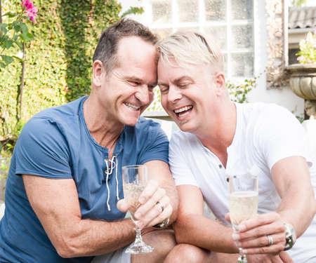 Zwei gut aussehend Homosexuell Männer genießen Zeit zusammen im Freien im Garten Standard-Bild - 37114014