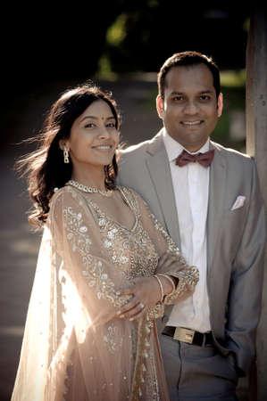 Junge glückliche indische Paar Flirten gegen Eisentor Standard-Bild - 37211931