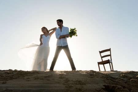 Junge schöne Paar hängen zusammen am Strand Standard-Bild - 37163720