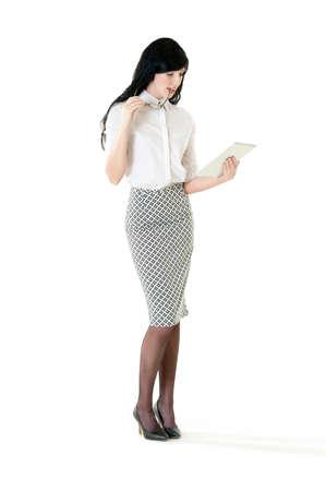 Junge attraktive Geschäftsfrau, die mit digitalen Tablet- Standard-Bild - 37244685