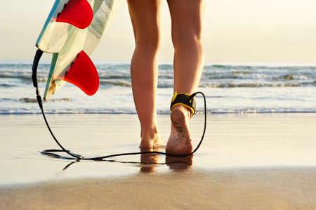 서핑 보드 근접 촬영 가죽 끈 물 해변 바다를 걷고 서퍼 소녀 피트 스톡 콘텐츠