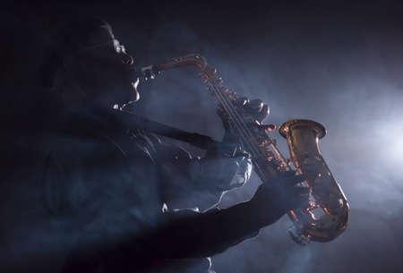 saxofón: Músico de jazz africano que toca el saxofón Foto de archivo