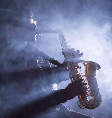 African Jazz-Musiker spielt das Saxophon Standard-Bild - 38728311