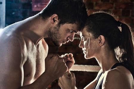 artes marciales mixtas: hombre mujer de entrenamiento de gimnasia mma boxeo forros de mezclado aptitud artes marciales Foto de archivo