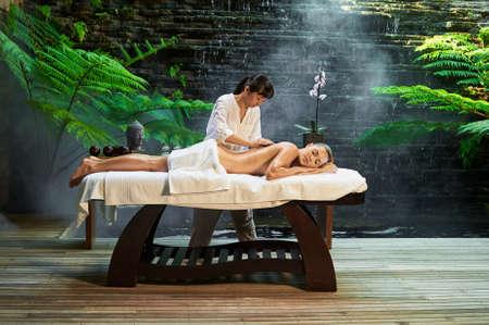 Piedras calientes asiático balneario terapia de masaje de espalda Foto de archivo - 61986248