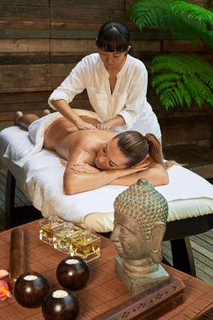 masajes relajacion: piedras calientes asiático balneario terapia de masaje de espalda Foto de archivo