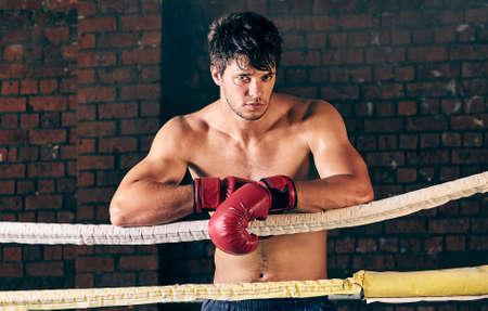 artes marciales mixtas: entrenamiento del hombre gimnasio de boxeo MMA anillo de boxeo de sombra mezclado gimnasio de artes marciales en cuerdas