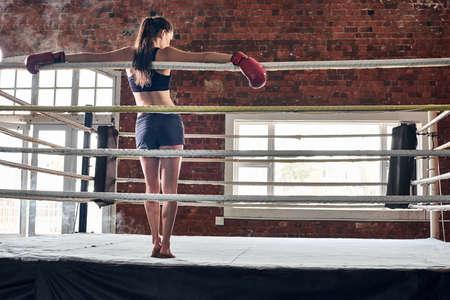 artes marciales mixtas: Entrenamiento de la mujer gimnasio de boxeo MMA anillo de boxeo de sombra mezclado gimnasio de artes marciales