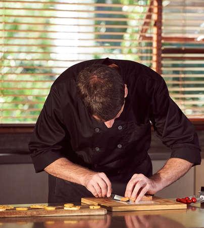 Chef preparing food in kitchen Standard-Bild