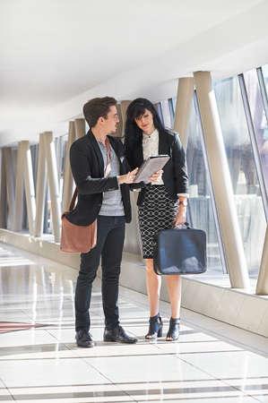 Geschäftsmann und Frau Sitzung im Flur Standard-Bild - 79835046
