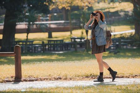 Junge glückliche Reisenden Erkundungen umgibt mit Filmkamera Standard-Bild - 79148429