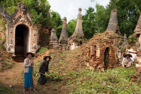 inle: Stupa Repair, Inle Lake