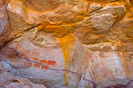 Rock art of people and elephant South Africa Banque d'images - 104601844