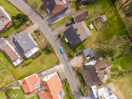 무인 항공기 사진, 단 하나 집 및 정원, 좁은 인근을 가진 새로운 건축 음모 스톡 콘텐츠