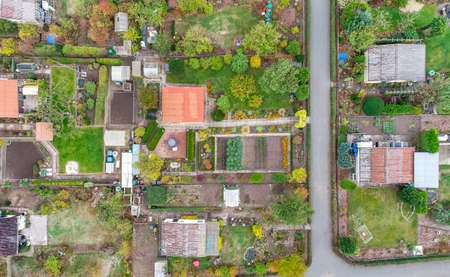 Vertical aerial view of an allotment garden with huts, paths and vegetable beds Banco de Imagens