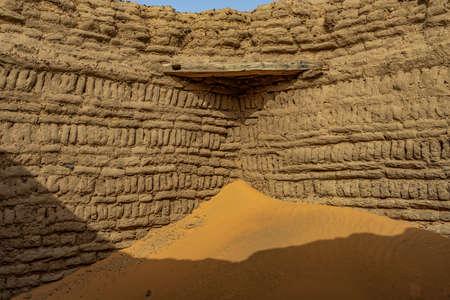 Historic clay brick wall in Dongola, Sudan 版權商用圖片