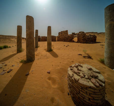 Columns and ruins of the temple complex of Old Dongola in the glistening light of the midday sun, Sudan 版權商用圖片