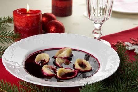 Red Borschtsch Czerwony barsz mit Pilz Knödel Traditionelle polnische Heiligabend Mittagessen Abendessen Standard-Bild - 16241387