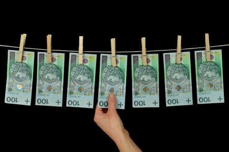 Schmutziges Geld hängt von einer Wäscheleine auf schwarzem Geldwäsche in Polen Konzeptionelle Foto mit Kopie Raum isoliert Standard-Bild - 17974216
