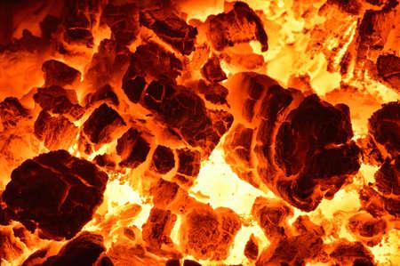 Verbrennung von Kohle Nahaufnahme von rot glühenden Kohlen glühten in den Ofen