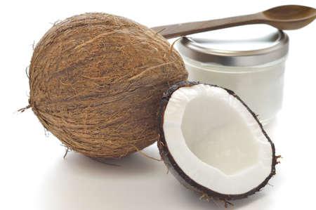 aceite de coco: De coco y aceite de coco orgánico en un frasco de vidrio en el fondo blanco