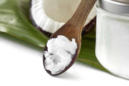 aceite de coco: Primer plano de aceite de coco en la cuchara de madera. Belleza y gastronomía. Foto de archivo