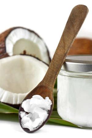 cocotier: Gros plan sur l'huile de noix de coco sur la cuillère en bois. Beauté et la cuisine.