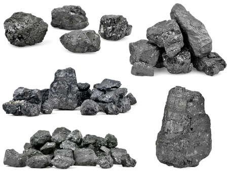 白い背景に分離された石炭の山のセットです。