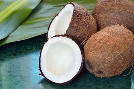 noix de coco: Peu de noix de coco sur plaque de marbre vert.