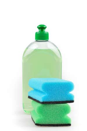 lavar platos: Detergente L�quido verde lavavajillas y esponjas aisladas sobre fondo blanco