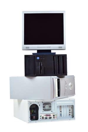 Oude computer en elektronisch afval Stapel oude pc computers en monitor geïsoleerd op witte achtergrond
