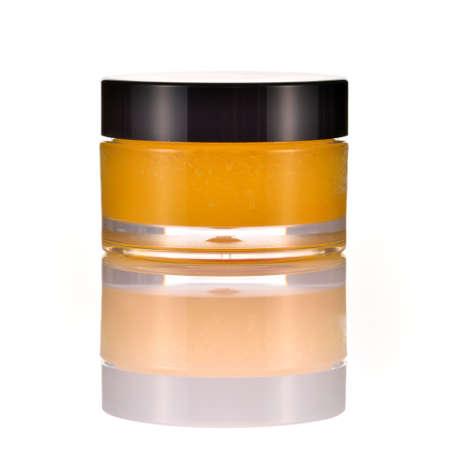 Natürliches Orangenzucker Lippenpeeling auf weißem Hintergrund mit Reflexion orange Kosmetik im Glas Standard-Bild - 24060598