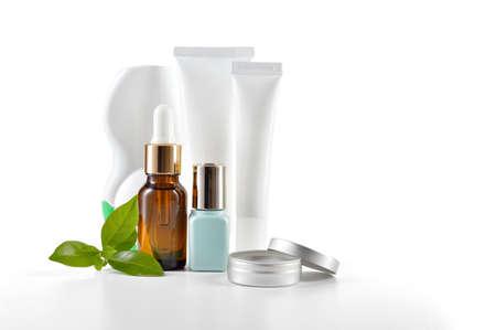productos de belleza: Todos los días, cosméticos de belleza aislado en el fondo blanco crema de cara, crema del ojo, el suero y bálsamo labial Cuidado de la piel Foto de archivo