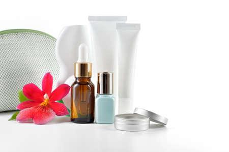 Täglich, Schönheitspflege Kosmetik isoliert auf weißem Hintergrund Gesichtscreme, Augencreme, Serum und Lippenbalsam Hautpflege Standard-Bild - 24210763