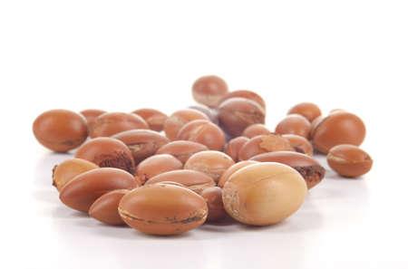 Close up große Gruppe von Argan-Nüsse auf einem weißen