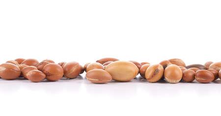 Große Gruppe von Argan-Nüsse auf einem weißen