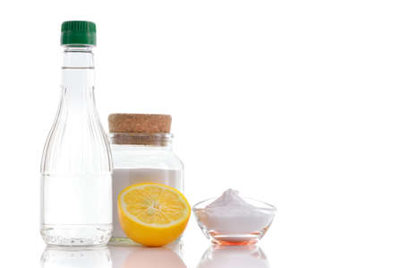 productos naturales: El vinagre, bicarbonato de sodio, la sal y el limón en el fondo blanco Foto de archivo