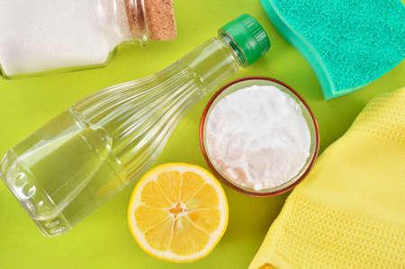 gaseosas: El vinagre, bicarbonato de sodio, la sal, el limón y el paño Foto de archivo
