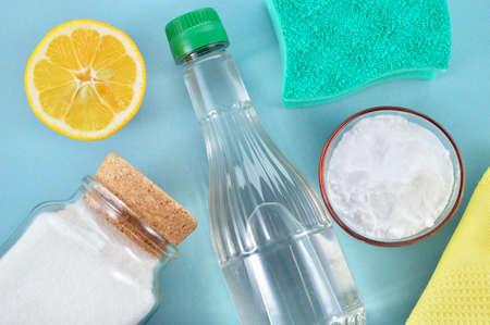 gospodarstwo domowe: Ekologiczne naturalne środki czyszczące ocet, soda oczyszczona, sól, cytryna, zielony czyszczenia szmatką Domowych Zdjęcie Seryjne