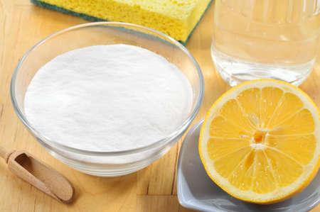 酢、ベーキング ソーダ、塩、レモン、木製のテーブルの上に布