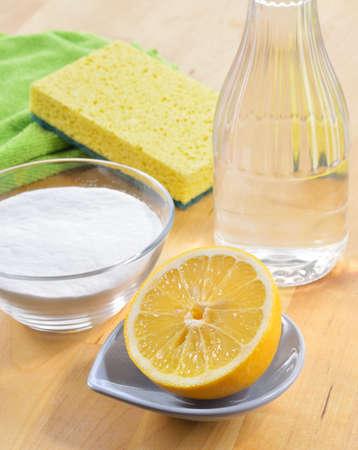 gospodarstwo domowe: Ocet, soda oczyszczona, sól, cytryna i tkaniny na drewnianym stole