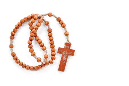 Holzklar Rosenkranz auf weißem Hintergrund Gebetskette verwenden, um die Wiederholungen zu zählen Gebete - Rosenkranz der Jungfrau Maria Standard-Bild - 25812591