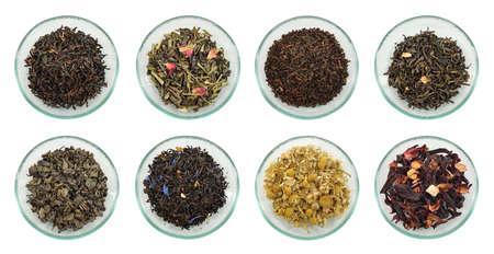 乾燥させた茶の品揃えガラス ソーサー白い背景で隔離の緑茶、黒茶、ハーブティーのさまざまな種類を葉します。
