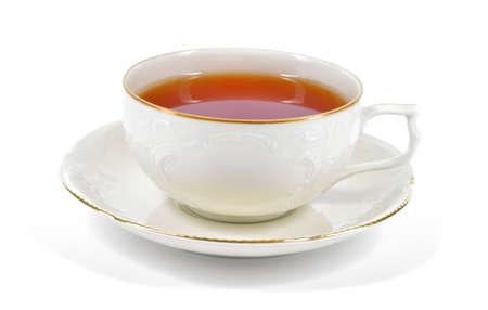 Té en taza antigua de la porcelana aislado en el fondo blanco taza de porcelana y platillo con estructuras en relieve delicados y decoración del oro