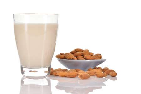 Mandelmilch als Ersatz für Kuhmilch Glas Mandelmilch und ein paar Mandeln auf einer Untertasse isoliert auf weißem Hintergrund Standard-Bild - 28449357