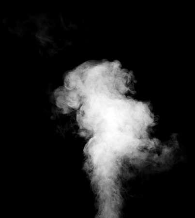 vapore acqueo: Reale del vapore bianco isolato su sfondo nero con gocce visibili.