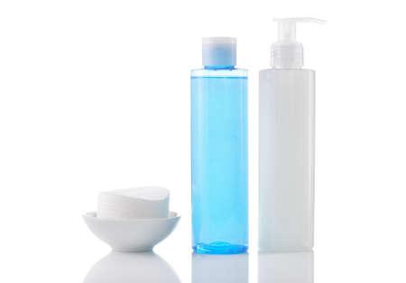 pulizia viso: Quotidiano cosmetici pulizia - volto di lavaggio gel detergente, levigante toner e di pulizia di cotone pad isolato su sfondo bianco.